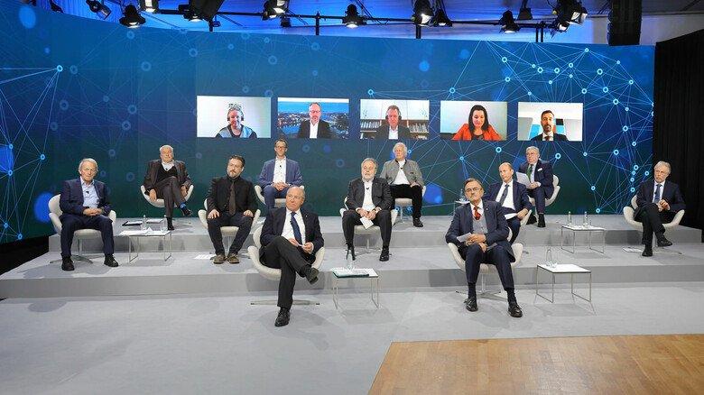 Der Zukunftsrat der Bayerischen Wirtschaft ist Impulsgeber für die Weiterentwicklung des Standorts Bayern. Er analysiert die großen Technik-Trends, die Bayern und Deutschland in den nächsten Jahren prägen, und zeigt, welchen Rahmen Wirtschaft, Wissenschaft, Politik sowie Gesellschaft dafür setzen müssen. Im 2014 gegründeten Rat sind Mitglieder aus Wirtschaft, Wissenschaft und Bayerischer Staatsregierung vertreten.