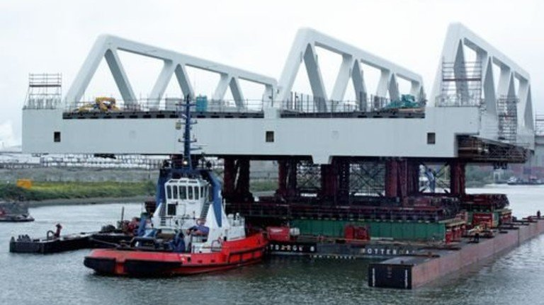Schwere Last: Hier wird ein Teil der Brücke über den Rhein transportiert. Foto: Werk