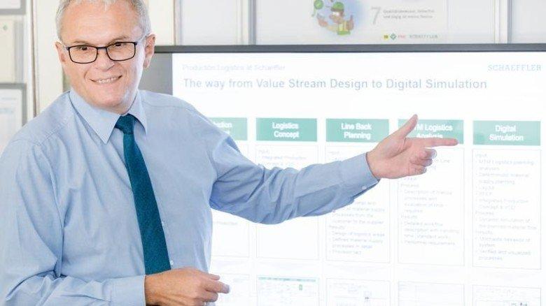 Test am Rechner: Andreas Willaczek zeigt, was digitale Simulation vermag. Foto: Karmann