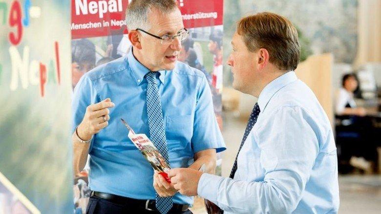 Im Betrieb: Herwig Jantschik (links) hat an diesem Tag in der Voith-Kantine einen Infostand über das Nepal-Projekt aufgebaut. Foto: Eppler