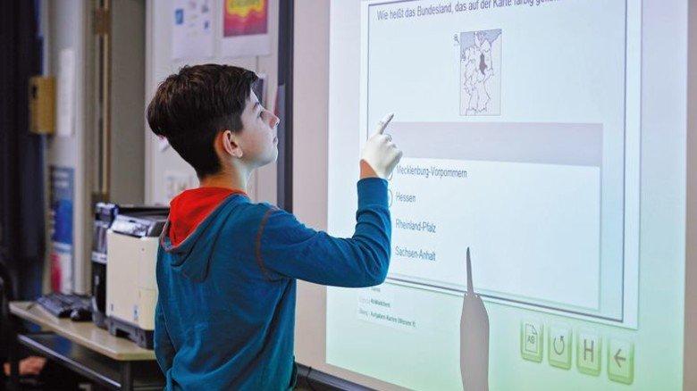 Interaktiver Unterricht: Ein Schüler testet sein Wissen in Landeskunde. Foto: Ahrens