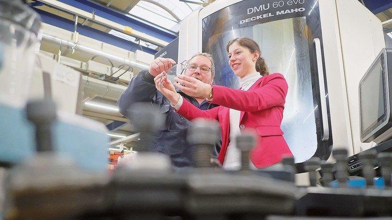 Beratung: Holger Knop und die KIM-Managerin schauen sich eine Sicherheitsbrille an.