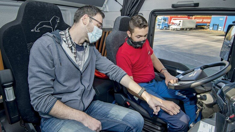 Nah dran: Fuhrparkmanager Steffen Gall bildet die angehenden Fahrer aus.