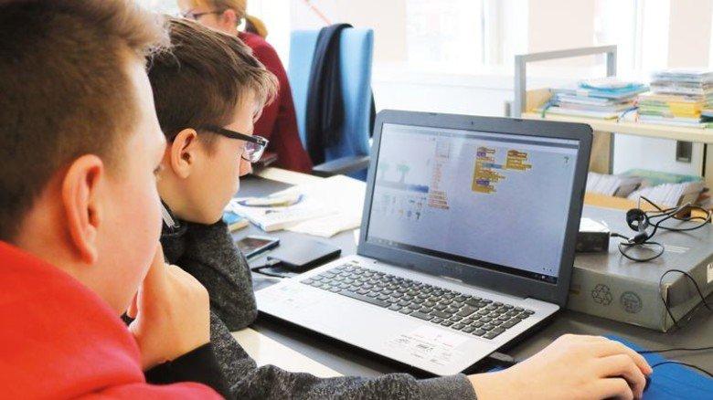 """Tüftel-Spaß: Mit der Programmiersprache """"Scratch"""" kommen die Jugendlichen schnell zurecht. Foto: Higo"""