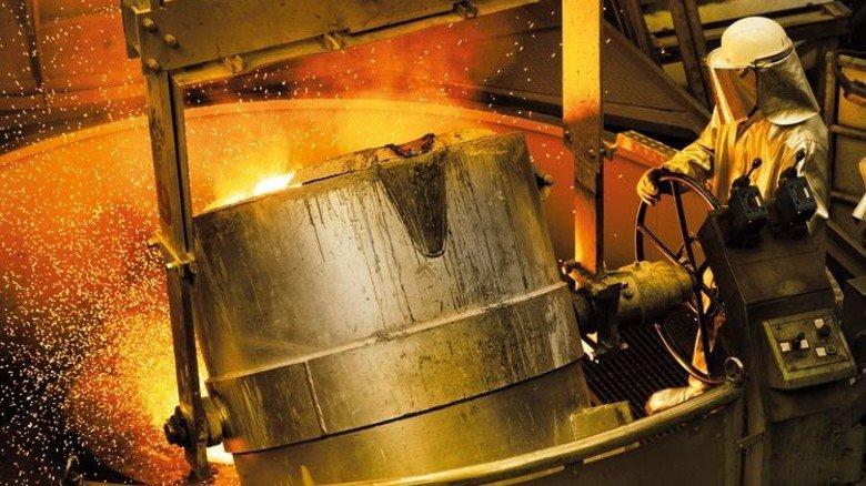... und ein Gießereibetrieb heute. Die Arbeitsbedingungen sind heute branchenspezifisch geregelt. Foto: Vacuumschmelze