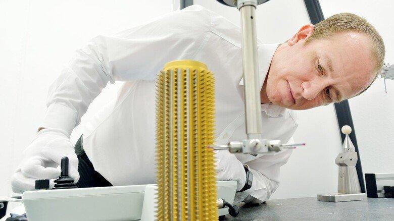Technologie im Grenzbereich: Entwicklungschef Felix Balzer bei der Vermessung eines Wälzfräsers.