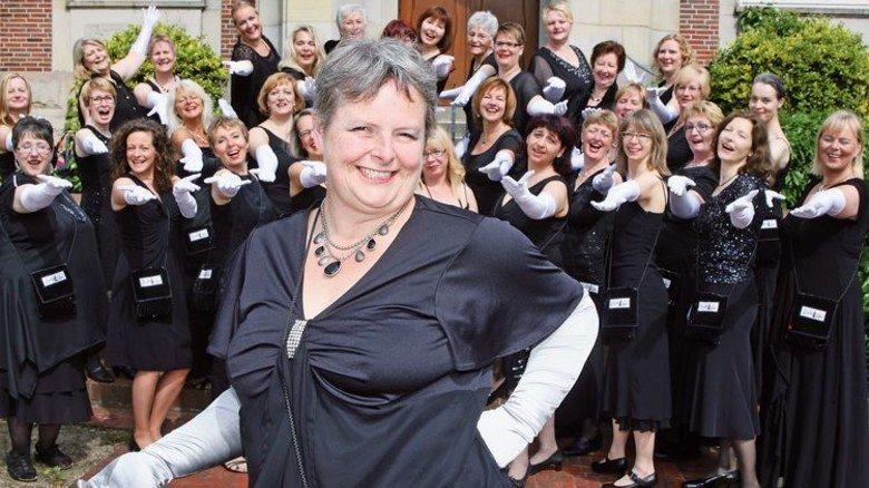Frontfrau: Angela Petermann und ihr Damenchor. Zum Repertoire gehören unter anderem Stücke von Abba und Adele. Foto: privat