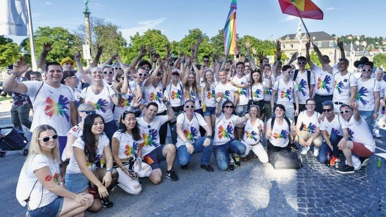"""""""We live diversity!"""": Mitarbeiterinnen und Mitarbeiter von Daimler bei einer Veranstaltung zum Christopher Street Day. Foto: Daimler"""