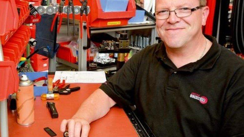 Konzentriert: Volker Schmidt montiert einen Schweißbrenner. Noch fehlt die blau-schwarze Griffschale, ein Abicor-Binzel-Markenzeichen. Foto: Scheffler