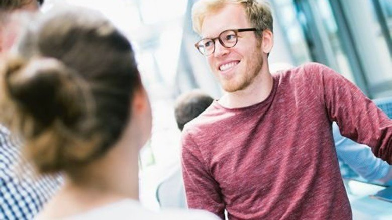 """Plausch in der Pause: Lukas Wörle im  Gespräch mit einem  Team der """"Engineering Competition"""". Foto: Werk"""