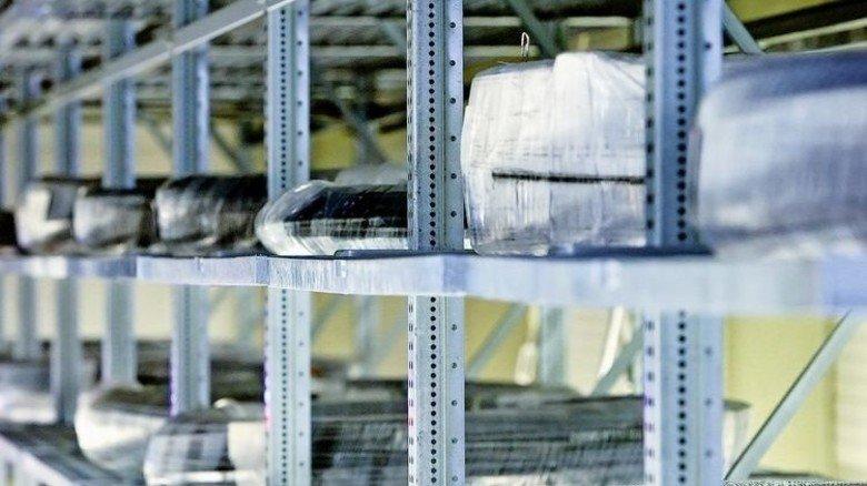 Schleppen überflüssig: Mit nur einem Knopfdruck verlassen die Drahtcoils das Hochregal. Foto: Gossmann