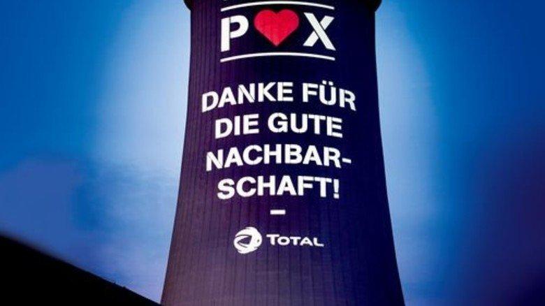 Leuchtende Botschaft: Die Total Raffinerie strahlt ihren Dank auf einen Kühlturm der sogenannten POX-Anlage für Methanol. Foto: Werk
