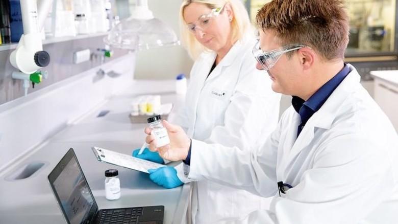 Im Labor von Clariant: Wissenschaftler forschen an neuen Lösungen. Foto: Werk