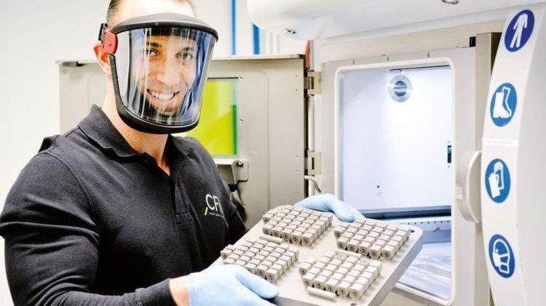 Gut geschützt: Kadir Yavuz bedient die hochmoderne Laserschmelz-Anlage. Foto: Scheffler