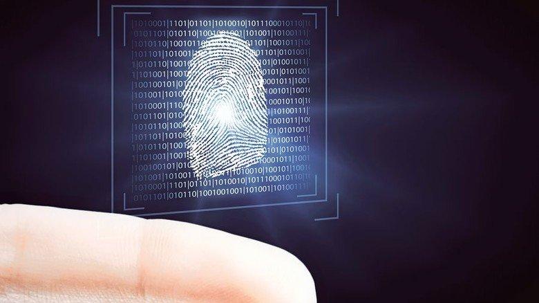 Belastbarer Beweis: Am Tatort sichern Kriminalbeamte die Fingerabdrücke. Foto: Adobe Stocks