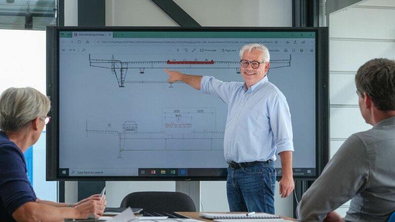 Plant eine Brücke: Architekt Heinz Geske  im Gespräch mit einem Team.