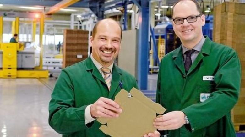 Stolz auf die Leistung der Mitarbeiter: Winfried Flemmer (rechts) und Jakob Koch. Foto: Scheffler