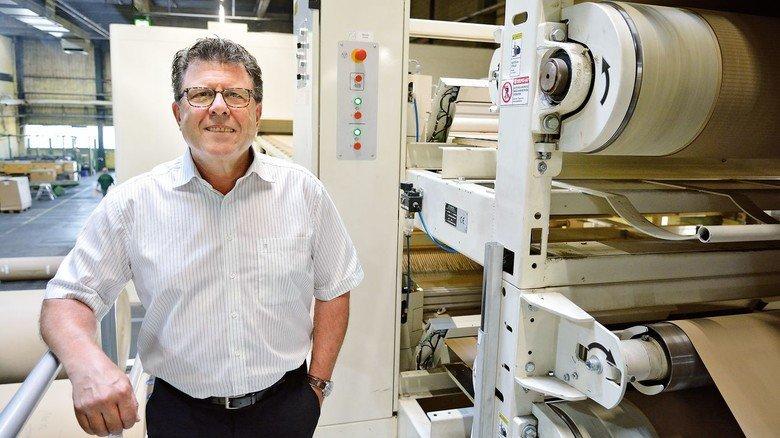 Stolz auf die Verbesserungen: Detlev Wessel an einer neuen Maschine, die einseitige Wellpappe herstellt.