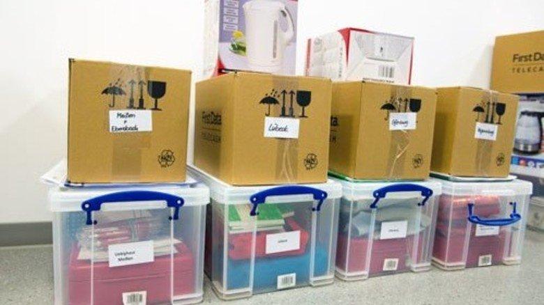 Kugelschreiber, Wasserkocher, Quittungsblöcke: Das nehmen die Mitarbeiter mit, wenn sie auf die Weihnachtsmärkte in ganz Deutschland ausschwärmen. Foto: Straßmeier