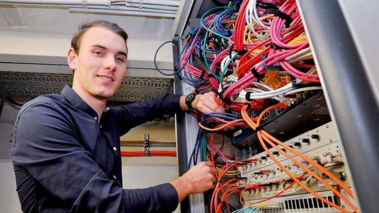 Datenkabel im Griff: Marius Baumgart studiert Wirtschaftsinformatik. Foto: Sigwart
