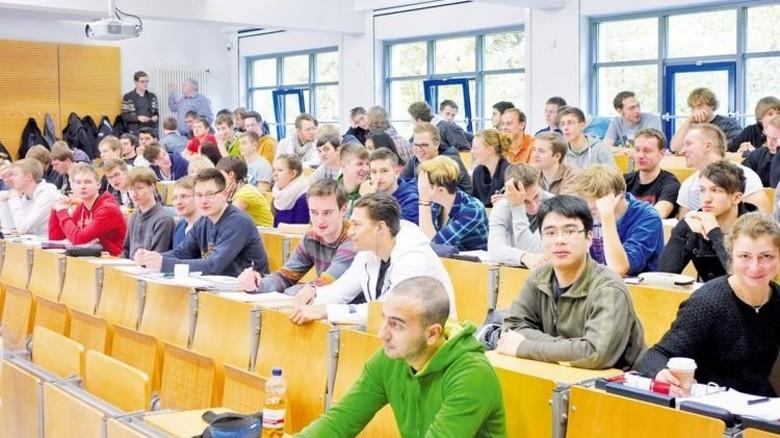 Vorlesung in der Uni: Die Theorie lernte die junge Frau im Hörsaal. Foto: HAWK