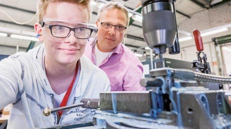 Präzision gefragt: Marcel Willers (links) mit Werkstattleiter Reik Lehmann an einer Bohrmaschine. Foto: Heidrich