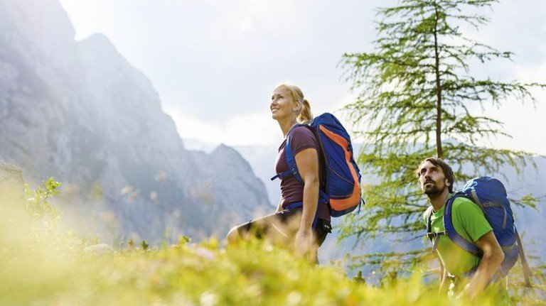Fit in der Natur: Auch immer mehr junge Leute begeistern sich für das Wandern. Foto: go-images.com/Ehn