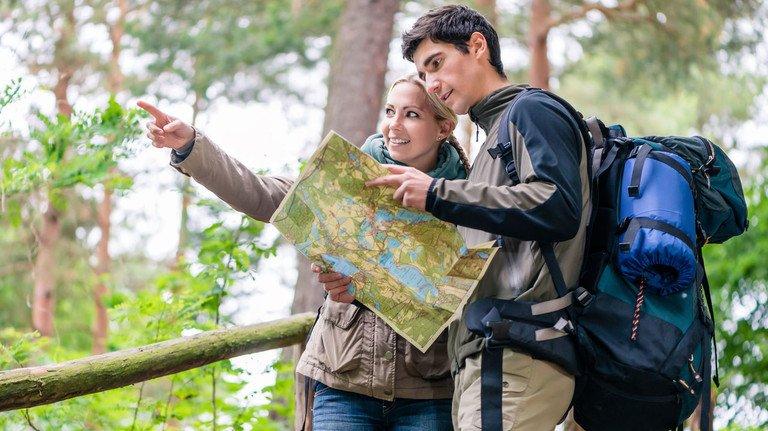 Für manche ein echtes Abenteuer: Wandern mit Karte und Kompass.