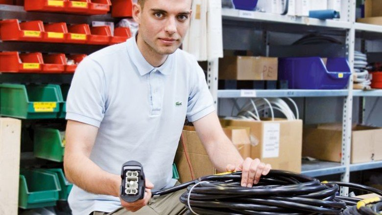 Im Unternehmen: Der Ingenieur bei der Kontrolle von Kabeln. Foto: think ING.