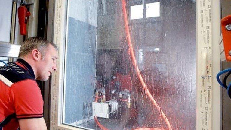 Künstlicher Regen: Thomas Schuster prüft, ob der Rahmen auch dicht ist. Foto: Sandro
