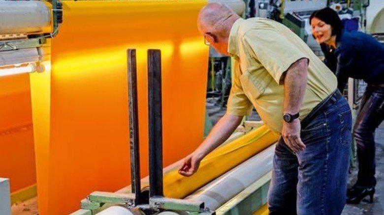 Leuchtend gelb: Das Polyamid-Gewebe für den Steg. Foto: Volz