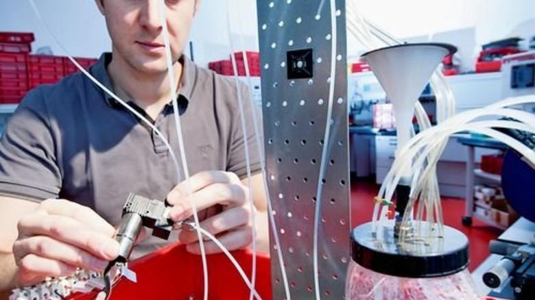 Im Labor: Jan Westerwick prüft die Produkte unter Dauerlast. Foto: Moll