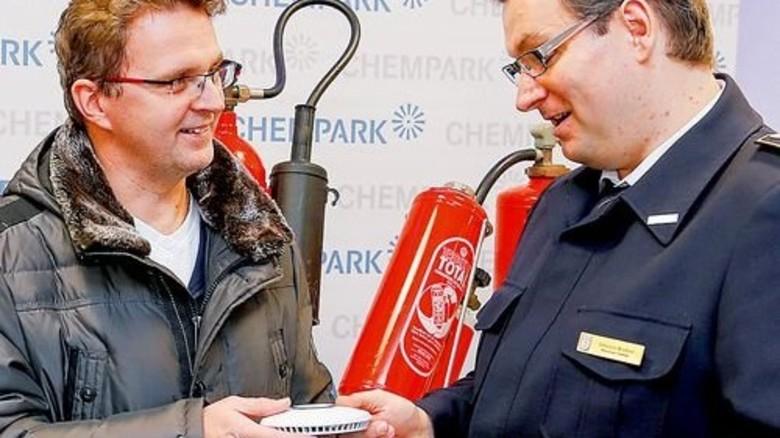Service für Nachbarn: Info-Tag zu Rauchmeldern im Stadtbüro von Currenta. Foto: Werk