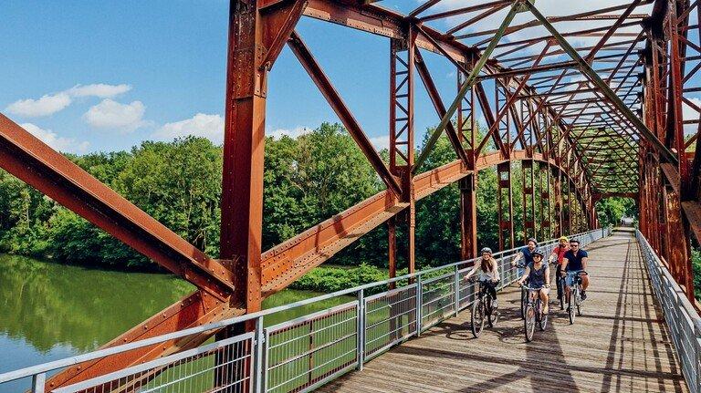 Bahntrasse: Mit der Fahrt über die ehemalige Eisenbahnbrücke startet der Bockerlradweg.