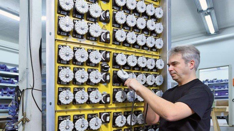 """Ist auch überall Strom drin? Ingenieur Christian Tulke überprüft die Steckdosen des """"Power Panels"""". Foto: Christian Augustin"""