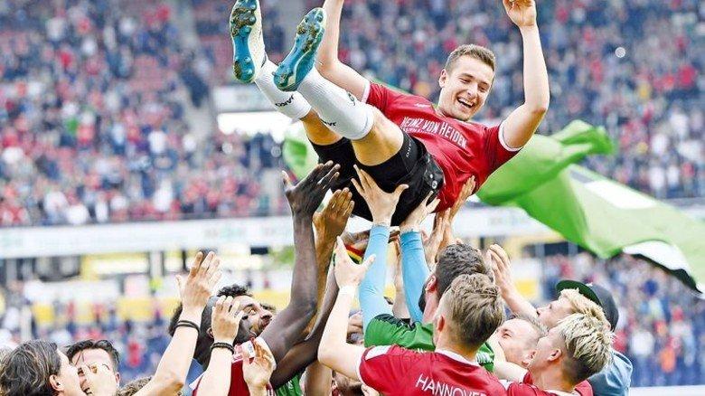 In Aufstiegsglück: Stürmer Artur Sobiech und seine Mannschaftskollegen. Foto: Getty