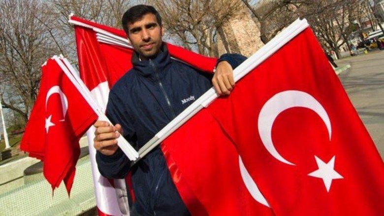 Zeigt Flagge: Fahnenverkäufer in der Innenstadt von Istanbul.