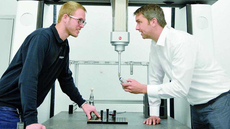 Rekordhalter: Jochen Mohn und Mitarbeiter Jan Linsbauer (links) an der genauesten Messmaschine der Welt. Foto: Scheffler