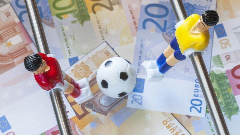 Fußball-Invest: Wer Geld in Fananleihen steckt, sollte sich genau über die Geldanlage informieren.