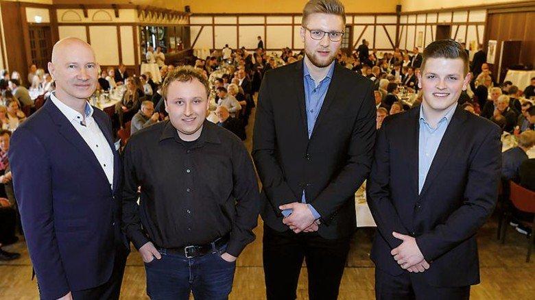 Geehrt: Roland Hachmann (rechts) mit zwei anderen Azubis, die ebenfalls sehr gut abgeschnitten hatten. Foto: IHK