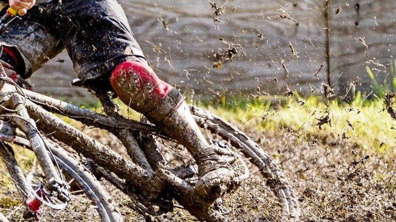 Matschiger Spaß: Radeln im freien Gelände verlangt den Bikes einiges ab. Foto: Werk