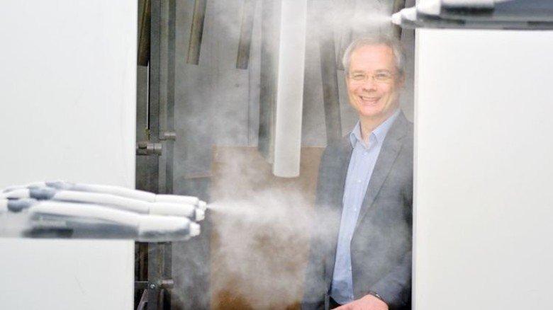 Umweltfreundlich: Stefan Scharmann setzt auf eine lösemittelfreie Pulverbeschichtungsanlage. Foto: Scheffler