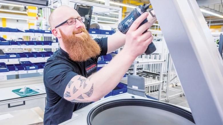 Letzter Schliff: Dennis Oppermann arbeitet an einer Laborzentrifuge. Foto: Heidrich