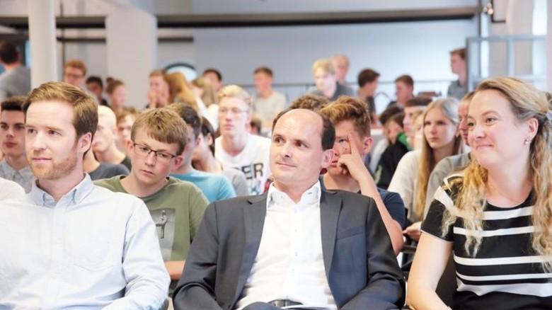 Gespannte Zuhörer: Lehrer David Sewiolo sowie Matthias Ullrich und Sarah Zurke von der Wirtschaftsförderungsgesellschaft (von links). Foto: Gossmann