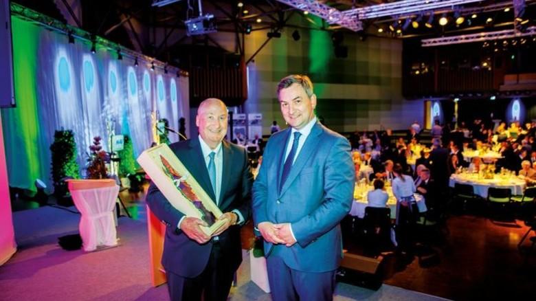 Im Dialog: MAV-Vorsitzender Horst-WernerMaier-Hunke und Festredner Markus Gürne (rechts). Foto: Nougrigat