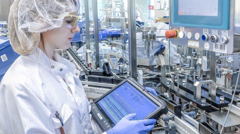 Abfüllung: Lisa Kasper richtet die Abfüllungsanlage ein. Die Reagenzien werden in verschiedene Flaschentypen gefüllt. Die Abteilung wird demnächst weiter digitalisiert.