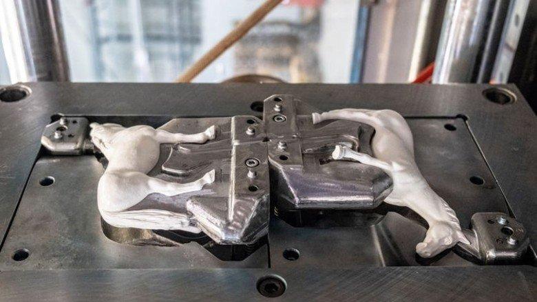 Nimmt Form an: So kommt das frisch gepresste PVC aus der Maschine.  Foto: Roth