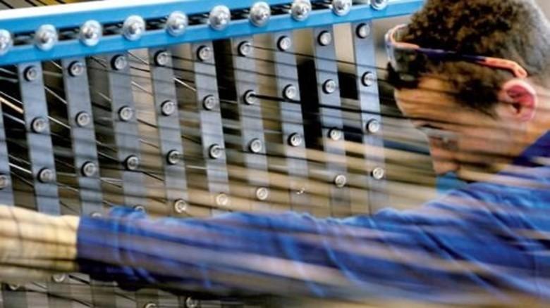 Hightech: Hier entstehen Karbonfasern für verschiedene Gewebestrukturen. Foto: dpa