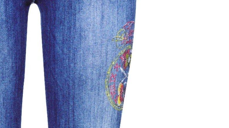 Aparte Einzelheiten: Auf den Jeansstoff werden per Hand farbige Muster gemalt. Foto: Werk