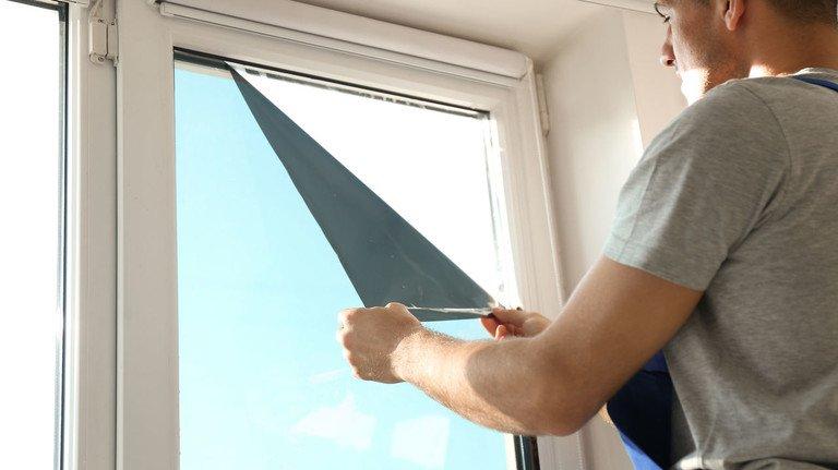 Günstiger Hitzeschutz: Diese Fensterfolien vermindern die aufheitzende Wirkung der Sonnenstrahlen, allerdings verdunkeln sie auch etwas den dadurch geschützten Innenraum.